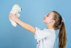 r Γλυκιά παιδική ηλικία Έννοια παιδικής ηλικίας Καλό μικρό κορίτσι που χαμογελά το ευτυχές πρόσωπο με το αγαπημένο παιχνίδι o στοκ εικόνα με δικαίωμα ελεύθερης χρήσης