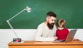 r Δάσκαλος και παιδί Προσχολικός μαθητής Νεολαίες ή ενήλικος Εκμάθηση παιδιών Πίσω στο σχολείο και στοκ φωτογραφίες με δικαίωμα ελεύθερης χρήσης