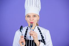 r Δίκρανο κουταλιών εργαλείων λαβής αρχιμαγείρων γυναικών Όρεξη και γούστο Παραδοσιακό μαγειρικό γεύμα Επαγγελματικός μάγειρας στοκ φωτογραφίες