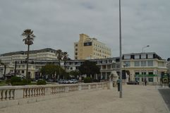 r Εστορίλ, Κασκάις, Sintra, Λισσαβώνα, Πορτογαλία Γραφικά και πολυτελή κτήρια στη στενότητα του μεγάλου στοκ εικόνες