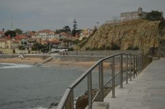 r Εστορίλ, Κασκάις, Sintra, Λισσαβώνα, Πορτογαλία Θαυμάσιος πυροβολισμός της παραλίας Defocused στο τέλος μερικών ραμπών στοκ εικόνες με δικαίωμα ελεύθερης χρήσης