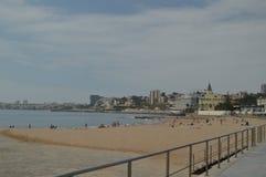 r Εστορίλ, Κασκάις, Sintra, Λισσαβώνα, Πορτογαλία Λουόμενοι στην παραλία Poca στην ακτή του Εστορίλ Ταξίδι, φύση, στοκ εικόνες με δικαίωμα ελεύθερης χρήσης