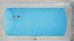 r Ευτυχής νεαρός άνδρας στην πισίνα απόθεμα βίντεο