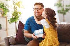 r Ευτυχής οικογενειακή κόρη που αγκαλιάζει τον μπαμπά και τα γέλια στοκ φωτογραφίες