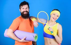 r Ζεύγος ανδρών και γυναικών ερωτευμένο με το χαλί γιόγκας και τον αθλητικό εξοπλισμό Ασκήσεις ικανότητας workout στοκ εικόνες με δικαίωμα ελεύθερης χρήσης