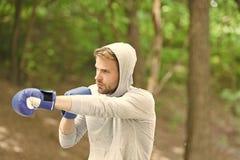r Η επίθεση ή υπερασπίζει πάντα είναι έτοιμη Συγκεντρωμένα αθλητής αθλητικά γάντια προσώπου στοκ φωτογραφία με δικαίωμα ελεύθερης χρήσης