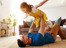 r Η ευτυχής οικογενειακή κόρη αγκαλιάζει τον μπαμπά του στοκ φωτογραφία