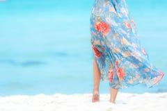 r Η ψύχρα γυναικών τρόπου ζωής και χαλαρώνει με τη φθορά των μπλε θερινών ταξιδιών μόδας φορεμάτων περπατώντας στην αμμώδη ωκεάνι στοκ εικόνα με δικαίωμα ελεύθερης χρήσης
