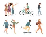 r Θερινές υπαίθρια δραστηριότητες Περπάτημα, οδηγώντας ποδήλατο, παιχνίδι, να κάνει σκέιτ μπορντ Ομάδα παιδιών, αγοριών και κοριτ απεικόνιση αποθεμάτων