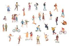 r Θερινές υπαίθρια δραστηριότητες Περπάτημα, οδηγώντας ποδήλατο, παιχνίδι, να κάνει σκέιτ μπορντ Ομάδα παιδιών, αγοριών και κοριτ διανυσματική απεικόνιση