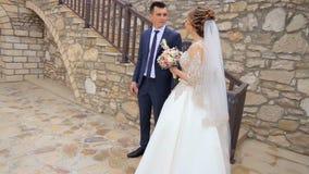 r Καλοί νύφη και νεόνυμφος r Άνδρας και γυναίκα ερωτευμένοι t Τοποθέτηση για μια φωτογραφία SDE E απόθεμα βίντεο