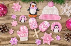 r Μελόψωμο, penguins, γάντια και καπέλα με τους αστερίσκους, παγωτό, σε ένα ξύλινο υπόβαθρο στοκ εικόνες με δικαίωμα ελεύθερης χρήσης