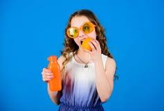 r μικρό κορίτσι στα γυαλιά μόδας Διατροφή βιταμινών αναζωογονώντας χυμός βιταμινών ( o στοκ φωτογραφίες