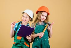 r 1 μπορεί t r ευτυχή παιδιά Μελλοντική σταδιοδρομία μικρά κορίτσια που επισκευάζουν μαζί στο εργαστήριο στοκ φωτογραφία με δικαίωμα ελεύθερης χρήσης