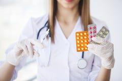 r Νέος θηλυκός γιατρός στη σύγχρονη κλινική στοκ φωτογραφίες με δικαίωμα ελεύθερης χρήσης