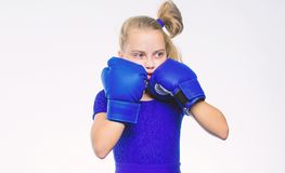 r Να είστε ισχυρός Παιδί κοριτσιών με τα μπλε γάντια που θέτουν στο άσπρο υπόβαθρο m Ανατροφή στοκ εικόνα