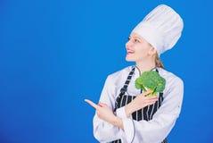 r Να κάνει δίαιτα έννοια Φάτε υγιή Λαχανικό λαβής κοριτσιών Οργανική διατροφή Υγιείς χορτοφάγες συνταγές r στοκ φωτογραφία με δικαίωμα ελεύθερης χρήσης