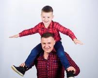 r r Παράδειγμα πατέρων του ευγενούς ανθρώπου Οικογενειακός χρόνος o Πατέρας λίγη κόκκινη οικογένεια πουκάμισων γιων στοκ εικόνα με δικαίωμα ελεύθερης χρήσης