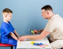 ( r Προσεκτική υγεία ελέγχου παιδιάτρων του παιδιού E Ιατρική υπηρεσία Ο γιατρός ατόμων κάθεται στοκ φωτογραφία με δικαίωμα ελεύθερης χρήσης