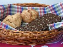 r Σίκαλη ψωμιού με τους σπόρους και τα κουλούρια στοκ φωτογραφία
