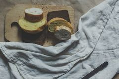 r Τέμνον ψωμί χεριών Τεμαχισμός ενός ψωμιού r στοκ φωτογραφία