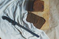 r Τέμνον ψωμί χεριών Τεμαχισμός ενός ψωμιού r στοκ φωτογραφία με δικαίωμα ελεύθερης χρήσης
