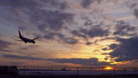 r Το αεροπλάνο προσγειώνεται Μετά από τους γύρους ένα φορτηγό καυσίμων Μήκος σε πόδηα αποθεμάτων UltraHD απόθεμα βίντεο