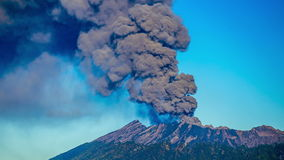 r Вулкан Raung извержений, поднимающее вверх камеры близкое East Java, Индонезия - 25-ое июля 2015