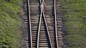 r Железнодорожные рельсы для следа поездов разветвляя видеоматериал