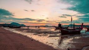 r Заход солнца в пляже Rawai, острове Пхукета, Таиланде сток-видео