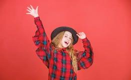 r Концепция моды детей Заканчивайте связь мой стиль моды i Как стильно i в этой шляпе E стоковое фото