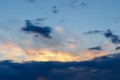 r Красочное драматическое небо на заходе солнца Голубая голубая предпосылка с заходящим солнцем Текстура захода солнца стоковые фото
