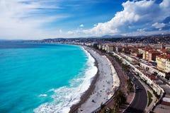 r Лазурное море, волны, английская прогулка и отдыхать людей Остатки и релаксация морем стоковое фото