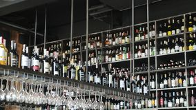 r Львов 01 08 2019: Собрание вин на полках Бутылки вина на полке в магазине вина акции видеоматериалы
