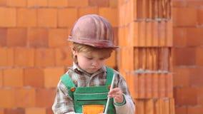 r Мальчик мечтая о новом доме Хелпер сына Ребенок и работы Милый дом здания мальчика видеоматериал