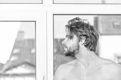 r Мужская забота привлекательного возникновения о красоте стоковая фотография rf