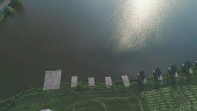 r Озеро и солнечность свежая вода с доком и коттеджами 4K акции видеоматериалы