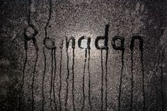 r Окно misted ночью с надписью Рамазан стоковые фотографии rf
