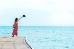 r Пахнуть азиатские ослаблять и свобода на мосте, поэтому счастливые и роскошные женщин летом праздника, outdoors голубым небом стоковые фотографии rf