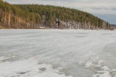 r Расплавленный лед на реке стоковая фотография