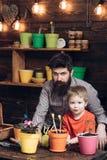 r r счастливые садовники с цветками весны бородатая природа любов ребенка человека и мальчика r стоковая фотография