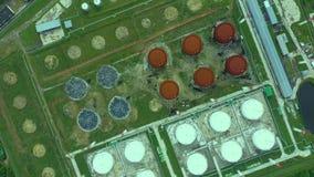 r Ферма масла и топливного бака Станция хранения горючего Промышленный объект Круговое движение, трутень летает вниз 4K акции видеоматериалы