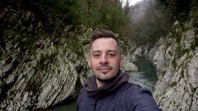 r Человек делая selfie на воротах дьявола каньона в Сочи, России видеоматериал
