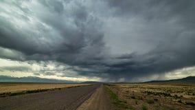 r Шторм грозы в пустыне вдоль дороги сток-видео