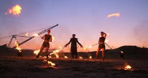 r 一个小组专业艺术家执行各种各样的火设施 男孩和女孩执行了舞蹈与 影视素材