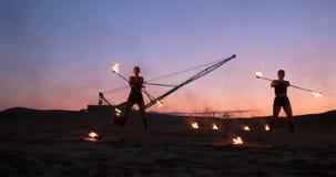 r 一个小组专业艺术家执行各种各样的火设施 男孩和女孩执行了舞蹈与 股票录像