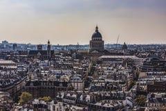 r 万神殿和拉丁区从Notre Dame观点 圆顶和圣埃蒂尼du Mont Church 免版税库存图片