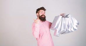 r 与束纸袋的愉快的购物 ( 购物的上瘾的消费者 E 免版税库存图片
