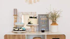 r 与甜点,糖果,点心的表 Boho?? 生日,婚礼 糖果店,面包店横幅 库存照片