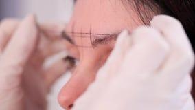 r 与黑油漆,美容师的螺纹得出眼眉的形状 r 股票录像